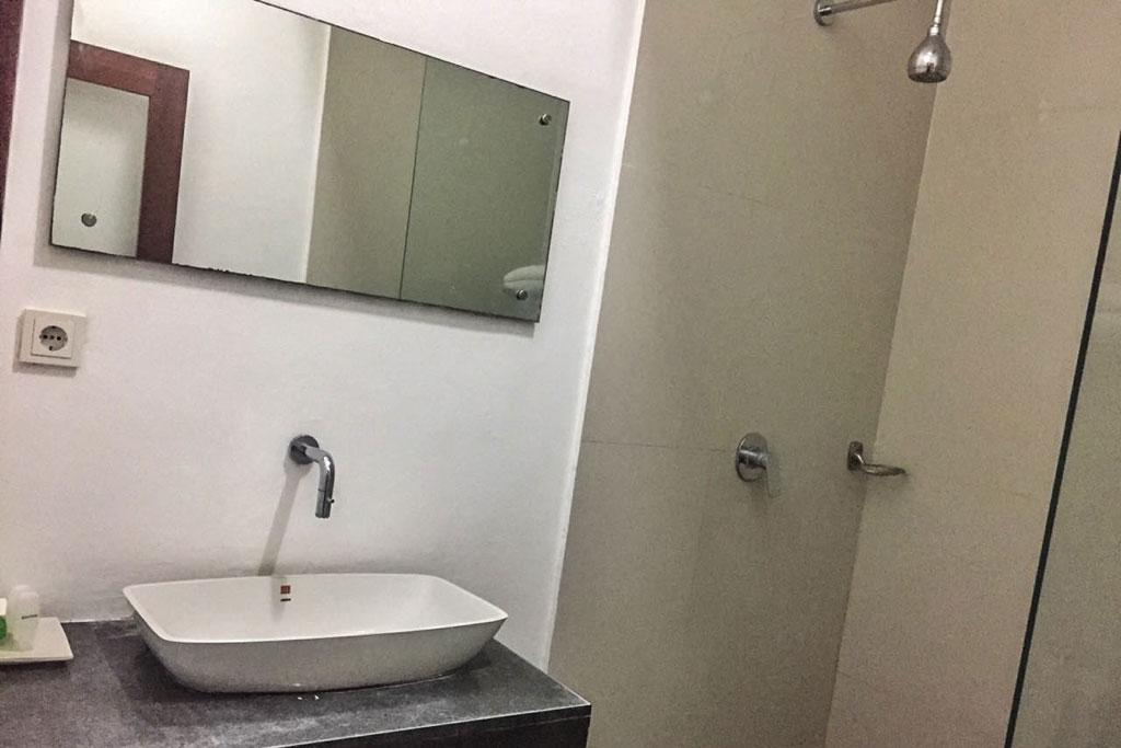 Bathroom-Omatha-Apartment-01