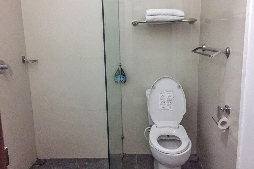 Bathroom-Omatha-Apartment-02